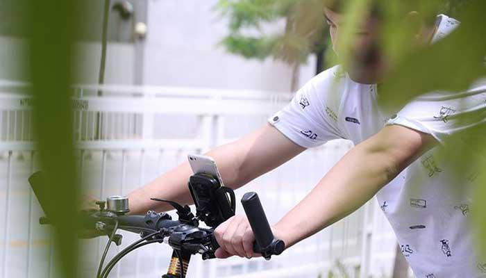 Стильный Remax RM-C08 - надежный держатель для смартфона на велосипед