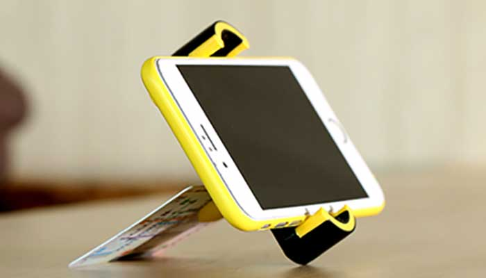 Стильный Remax RM-C17 в функции настольного держателя для смартфона.