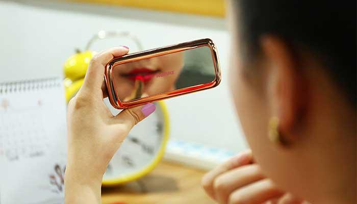 Дополнительное зарядное устройство Remax Mirror, в котором можно увидеть свое отражение