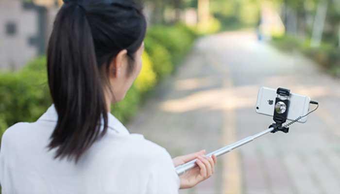 Простой и удобный монопод для смартфона с подключением в разъем для наушников
